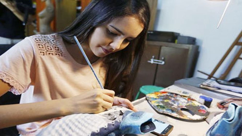 Nữ họa sĩ trẻ đổi đời nhờ vẽ giày tặng Messi